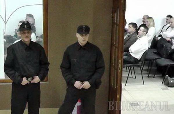 LA CULES DE VOTURI. Străjuiţi de doi membri ai Gărzii Maghiare, vicepreşedintele Gyure Csaba, deputatul Szavay Istvan şi candidatul Jobbik ardelean Erdely Bela au cerut voturile orădenilor cu cetăţenie maghiară