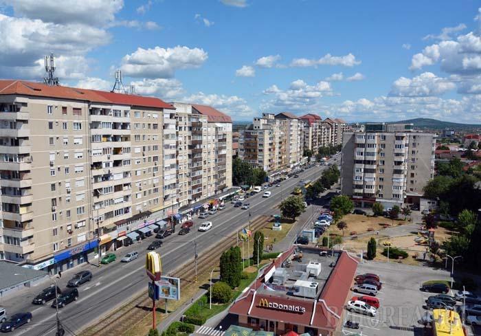 """03_Nufarul - GEOTERMAL. De la strada Constantin Iorga până la şoseaua de centură, cartierul Nufărul are toate şansele să se încălzească din 2019 cu apă geotermală. """"Astăzi se foloseşte încălzire geotermală doar în Ioşia, la Universitate şi în câteva zone disparate. Asta înseamnă doar 7% din necesarul de energie termică al oraşului, ceea ce este foarte puţin"""", spune viceprimarul Mircea Mălan"""