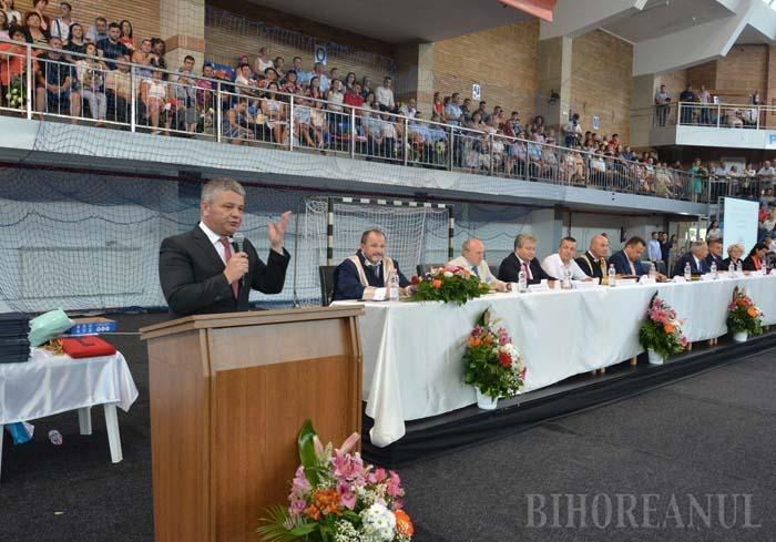 """MINCIUNĂ LA TRIBUNĂ. În premieră, festivitatea de absolvire a FMF Oradea a avut loc anul acesta, pe 10 iulie, la Arena Antonio Alexe, în prezenţa unui ministru al Sănătăţii, orădeanul Florian Bodog. Fost decan, acum prodecan, acesta i-a lăudat pe tinerii medici că sunt """"cea mai frumoasă promoţie"""" şi le-a promis """"locuri de muncă pentru toţi"""". După 5 luni, promisiunea se dovedeşte mincinoasă: 12 din cei 115 absolvenţi de Medicină Generală nu au dreptul să profeseze chiar dacă au promovat examenul de rezidenţiat, în timp ce spitalele din Bihor nu au destui medici!"""