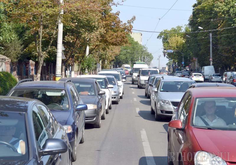 """CAPTIVI. Începerea şcolii a blocat străzile Oradiei. """"Dimineaţa înainte de ora 8, la prânz între 12 şi 13, sau după-amiaza după ora 16, n-ai ce intra pe Magheru, Cantemir sau Transilvaniei, că acolo rămâi"""", spune directorul Camerei Taximetriştilor, Iosif Rad. Ambuteiajele au crescut de 4 ori timpul de aşteptare. """"În loc de 3 minute, acum ajungem în 12 minute. Degeaba eşti aproape de client dacă strada e blocată"""""""
