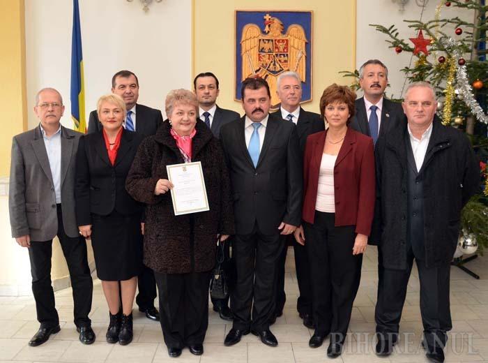 """RÂNDURI, RÂNDURI... Dacă în decembrie 2012 împărţeau şampania, liberalii virează acum la dreapta-mprejur spre foştii adversari din PDL, iar pesediştii încearcă să-i ţină ba cu zăhărelul, ba cu biciul guvernării ce poate închide """"robinetele"""" pentru Oradea şi Bihor"""