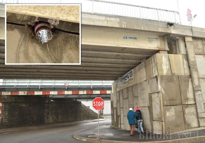DUŞ RECE. Apa pluvială colectată pe podul ce supratraversează strada Louis Pasteur se scurge printr-o ţeavă în stradă, direct în capul pietonilor care folosesc trotuarul de dedesubt