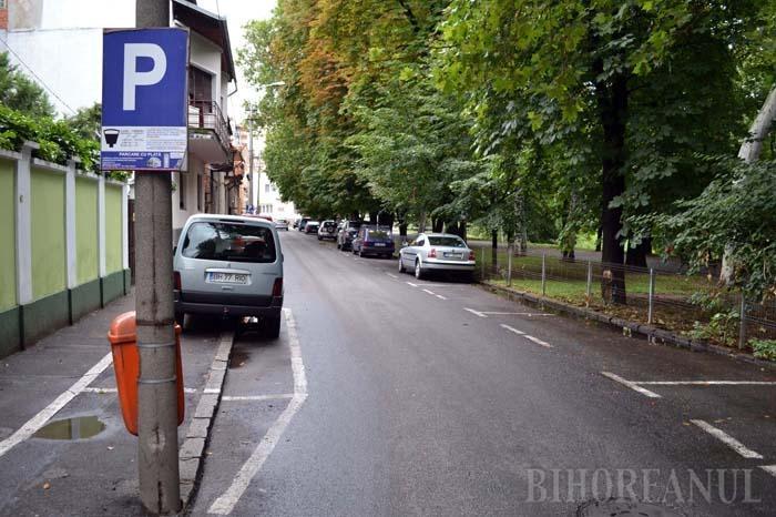 """BANI SĂ IASĂ! Pe trotuarul din strada Libertăţii municipalitatea a amenajat parcări în ciuda faptului că Serviciul Poliţiei Rutiere nu doar că a dat aviz negativ, dar a cerut chiar montarea unui indicator """"Staţionarea interzisă!"""""""