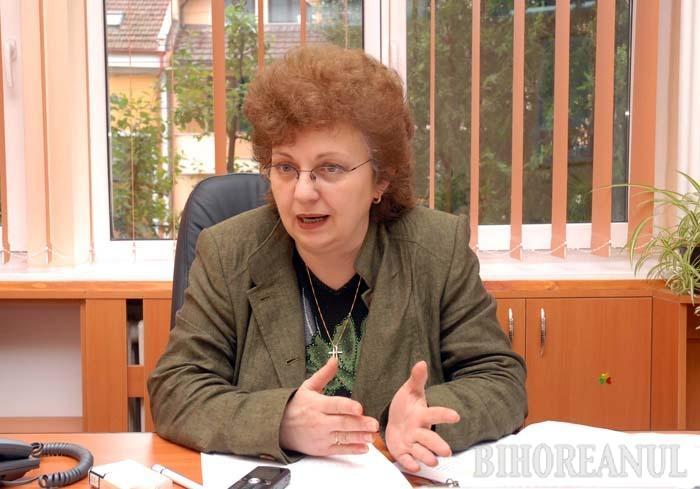 """NO COMMENT! În ciuda semnelor de întrebare pe care le stârneşte concursul anume pregătit pentru ea, Daniela Ionescu a refuzat orice discuţie cu reporterul BIHOREANULUI, deşi i s-a cerut inclusiv un punct de vedere scris. """"Nu vorbesc cu dumneavoastră!"""", a spus vehement fosta decăniţă"""