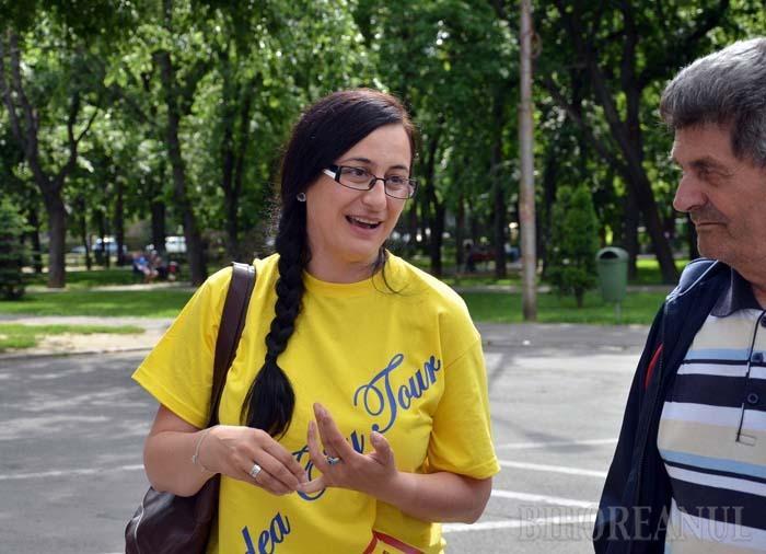 Dascăl pe străzile Oradiei: O orădeancă îi învaţă pe tineri cum să prezinte oraşul străinilor