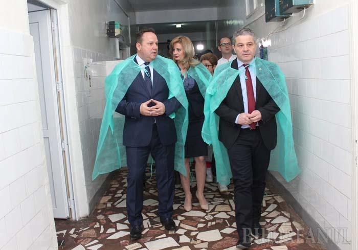 NAVETISTUL. Deşi din spitale şi farmacii lipsesc vaccinuri şi medicamente esenţiale, iar copiii cad victime epidemiei de rujeolă, Florian Bodog (foto), ministru al Sănătăţii şi preşedinte al PSD Oradea, pretinde că are timp berechet şi pentru a-şi păstra cursurile de la Facultatea de Medicină, unde, în plus, este şi prodecan. În realitate, Bodog nu dă pe la şcoală aproape deloc. Cum leafa îi vine pe card, nici măcar în ziua de salariu...