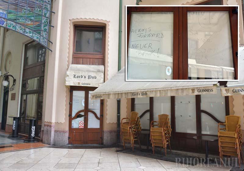 """CLOSED! Lunea trecută, cel mai longeviv local din Oradea avea geamurile acoperite cu hârtii albe. Pe una dintre ele, angajaţii au mâzgălit """"Always forward, never back. See you soon!"""", adică """"Mereu înainte, niciodată înapoi. Ne vedem curând!"""""""