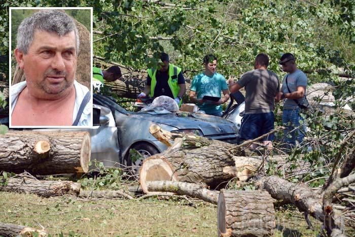 """SALVATOR CU DRUJBA. Un cuplu din Oradea care s-a refugiat în maşina parcată între plopi a făcut cea mai nefericită alegere. Proprietarul a murit pe loc, strivit de un copac prăvălit peste plafonieră, iar prietena sa a fost extrasă din epavă de un localnic care a descarcerat-o cu... drujba. """"Am scos-o ajutat de fiică-mea, înainte să ajungă ambulanţele"""", spune Achim Abrudan (medalion). Femeia a avut noroc că arborele s-a prăbuşit în diagonală peste maşină, ocolind """"locul mortului"""", de lângă şofer, unde se ghemuise"""