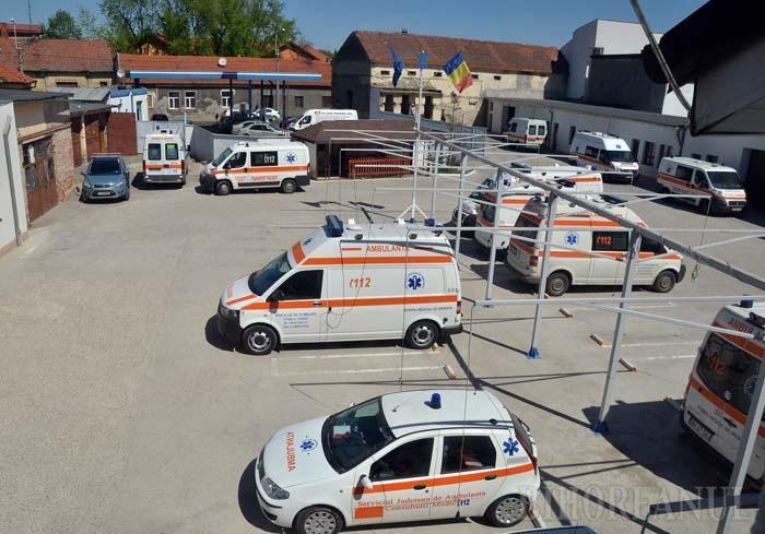 AFARĂ-I VOPSIT GARDUL. La prima vedere, parcul auto al SAJ Bihor este în bună regulă, maşinile fiind curate şi gata să plece în misiune. În realitate, conducerea Serviciului jonglează tot mai greu între obligaţia de a asigura suficiente maşini în stare de funcţionare şi nevoia de a le repara pe cele care se strică