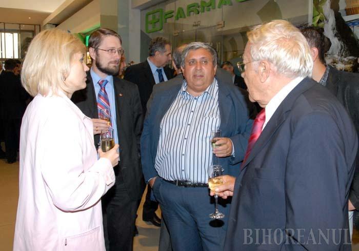 """ŞEFI ŞI SLUGI. Pentru a-şi subordona Primăria Oradea, Kiss l-a talonat pe primarul Petru Filip cu verişoara propriei soţii, Rozalia Biro, iar pe discipolul său Szabo Odon l-a folosit, ca pe un angajat, ca factor de influenţă. Interceptările arată că în 2003 baronul o învăţa pe fosta viceprimăriţă să-l îndemne pe """"prietenul nostru bărbos să joace puţin alături"""", iar în 2008 Biro se confesa ministrului Mediului, Borbely Laszlo, că va pune """"sub nasul lui Bolojan"""" acte în favoarea Keviep. Eşecul explică, poate, de ce actualul edil a rămas o ţintă"""