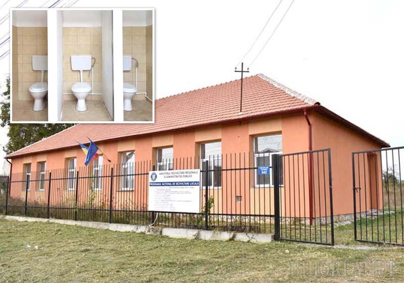 AFARĂ-I VOPSIT GARDUL. Grădiniţa din Rogoz este singura care mai are încă afişat panoul care confirmă că în modernizarea clădirii s-au investit peste 246.000 lei, bani de la Ministerul Dezvoltării. Toaletele amenajate pentru preşcolari nu folosesc nimănui, cei cinci copii din sat fiind mutaţi la cea din Sâmbăta