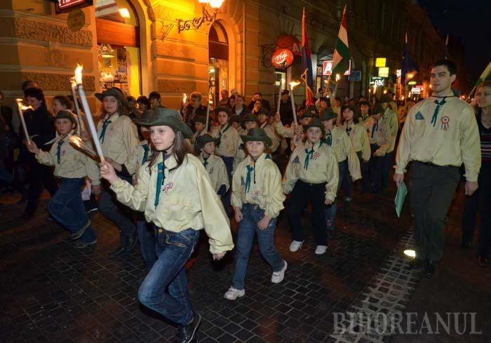 FOLOSUL CUI? Încurajaţi de politicieni să-şi dea copiii în clase maghiare, unde li se predă aproape exclusiv în limba maternă, părinţii elevilor maghiari constată că nu le fac chiar un serviciu. Elevii eşuează la examenele naţionale, pentru că nu înţeleg nici măcar enunţul problemelor, iar apoi au dificultăţi de încadrare şi pe piaţa muncii
