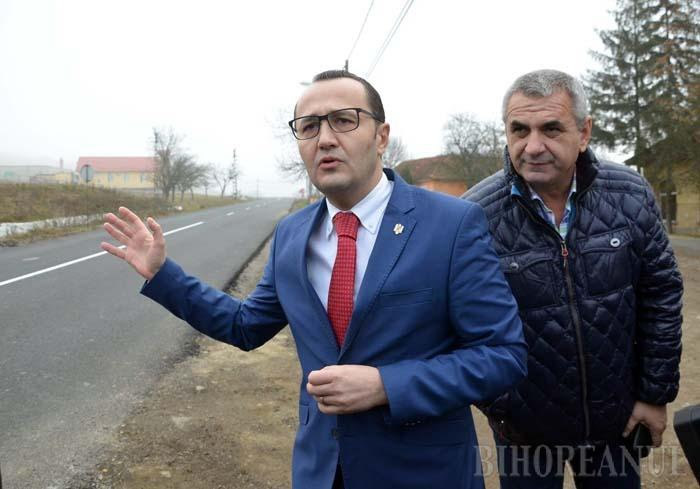 """DRUM PERICULOS. Anul trecut, pe 14 decembrie, şeful Direcţiei Regionale de Drumuri Cluj, Eugen Cecan (dreapta), participa alături de prefectul Claudiu Pop (stânga) la """"inaugurarea"""" recent reparatului DN 76 Oradea-Beiuş cu o zi în avans faţă de termenul limită. Acum riscă închisoarea până la 3 ani, cu un an mai mult decât perioada de garanţie a lucrărilor neautorizate şi neverificate"""