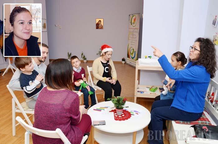 """PREGĂTIRI DE MOŞ. O parte a pruncilor ajutaţi de Mihai Neşu pregătesc o serbare de Crăciun (foto), fără dansuri, e drept, dar cu cântece şi veselie. """"Niciodată nu pornim cu gândul că un anume ţel nu merită efortul"""", dezvăluie secretul Rebeca Pap-Balint (medalion), una din tinerele care îi îngrijesc pe aceşti copii"""