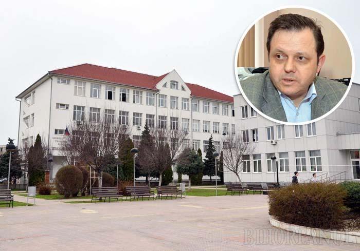 """PREMIERĂ. Directorul Liceului Emanuel (foto), de altfel una dintre cele mai prestigioase şcoli din Bihor, profesorul Iosif Curta (medalion) s-a arătat deranjat că un părinte a mers cu pâra la presă. """"La noi reporterii au venit doar ca să relateze fapte bune"""", zice directorul, fără să se întrebe dacă asta înseamnă că în şcoala sa nu sunt şi nereguli sau dacă acestea doar au fost ţinute sub preş. Până acum..."""