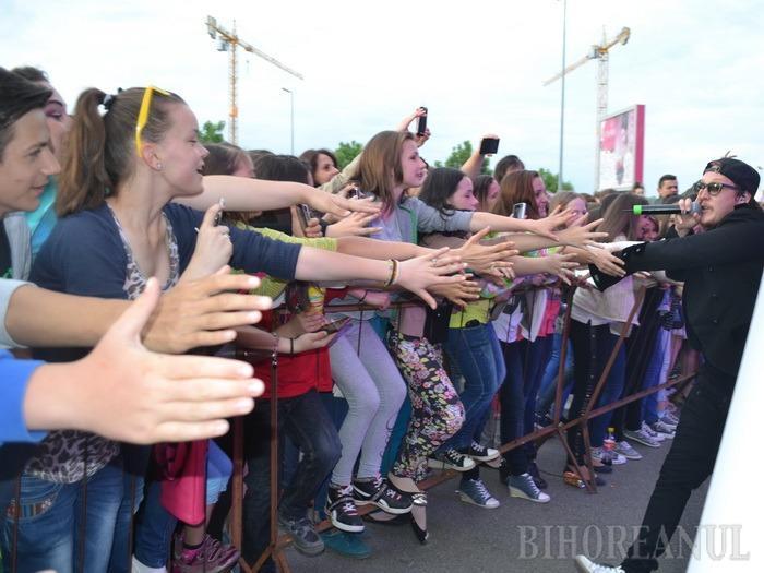 Taxi, du-mă la Lotus Center: Adolescenţii orădeni au strigat pentru What's Up (FOTO)