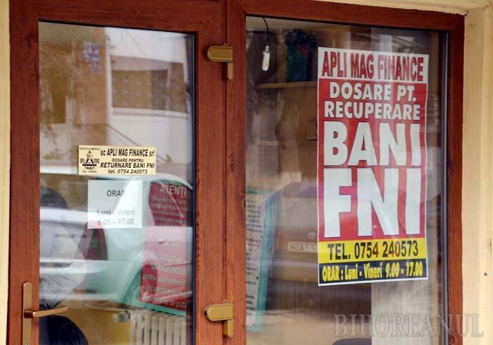 """FERIT. În Oradea, firma hunedoreanului Marius Goia şi-a deschis de o lună un punct de lucru la parterul unui imobil din strada General Berthelot. """"BANI FNI"""", promite afişul uriaş, postat în vitrină. Mai mărunt, însă, adaugă că, de fapt, nu e vorba de bani, ci doar de... dosare"""
