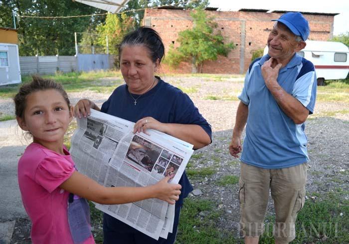 """SUB ACOPERIŞ. În urma articolului publicat de BIHOREANUL, familia care locuia sub Podul Prezan a primit adăpost într-un container al Adăpostului de noapte din strada Gutenberg. """"E mult mai bine. Aici am patul meu, nu ca acolo"""", spune micuţa Denisa, hlizindu-se la propria poză"""