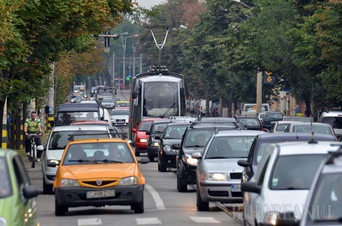 FĂRĂ SCĂPARE. În orele de vârf, tramvaiele fac chiar şi 20 de minute de la Gară până la Primărie din cauza maşinilor care le ţin blocate în trafic pe Bulevardul Republicii. Un motiv suficient de serios pentru ca OTL să propună interzicerea maşinilor pe linii în această zonă