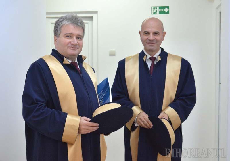 """DISPUTĂ LA NIVEL ÎNALT. După aproape 8 ani în care au """"coabitat"""" pozând în buni colaboratori, rectorul Constantin Bungău (stânga) şi preşedintele Senatului universitar, Sorin Curilă (dreapta), par să-şi încheie mandatele ca adversari. Asta, deşi unii colegi se aşteaptă ca la alegerile interne fiecare să candideze pentru funcţia... celuilalt"""