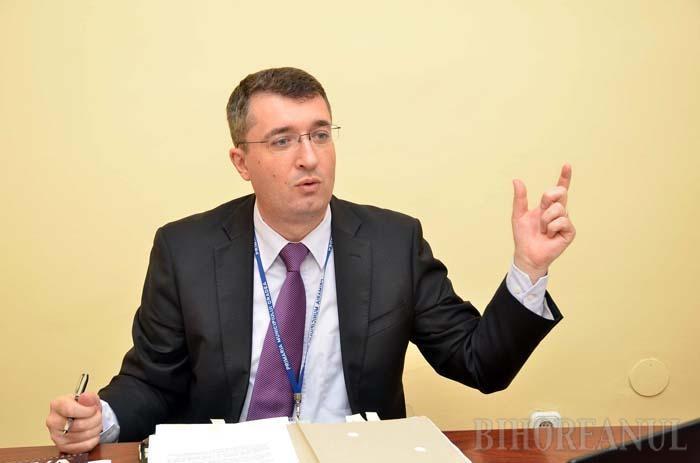 """TEHNOCRAT LIBERAL. Eduard Florea, directorul economic al Primăriei, a fost considerat, pe rând, omul primarului Petru Filip, apoi al lui Mihai Groza şi, acum, al lui Ilie Bolojan, însă numai acesta din urmă a reuşit să îi smulgă """"virginitatea"""" politică. Din luna februarie, Florea este membru PNL cu acte în regulă, explicându-şi decizia cu respectul pe care îl are faţă de primarul Ilie Bolojan."""