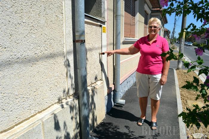 """LEGAŢI DE CET. O familie din Ioşia se luptă de doi ani să se racordeze la gaz. """"Reţeaua îmi trece pe sub geam, racordul e pregătit, dar Primăria nu-mi dă aviz să mă leg la Distrigaz pe motiv că Termoficare are reţele în zonă"""", se plânge Iuliana Abrudan (foto)"""
