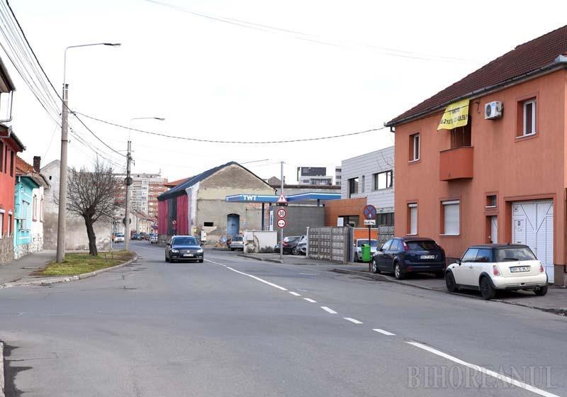 """DE VÂNZARE! Proiectul municipalităţii privind lărgirea carosabilului din strada Sucevei prin demolarea unor case de pe ambele părţi ale axului drumului a dat peste cap planurile riveranilor. Vânzările de imobile s-au rărit şi oamenii au sistat orice investiţie. """"Toţi s-au speriat. Nimeni nu mai are curaj să facă nimic pentru că nu ştie dacă peste un an sau doi vine Primăria cu demolarea"""", spune orădeanca Szilágyi Enikő"""