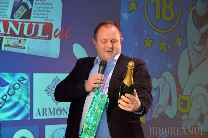 PROCURORI CU RIME. O surpriză plăcută a serii a fost procurorul militar Liviu Lascu, care, chemat să ridice premiul dedicat colegilor de la DNA Oradea, a demonstrat că are şi umor, şi talent. Alături de colegul său, Teofil Ilisie, a pregătit o sticlă de şampanie cu etichetă personalizată şi o poezie despre Bihorel şi BIHOREANUL