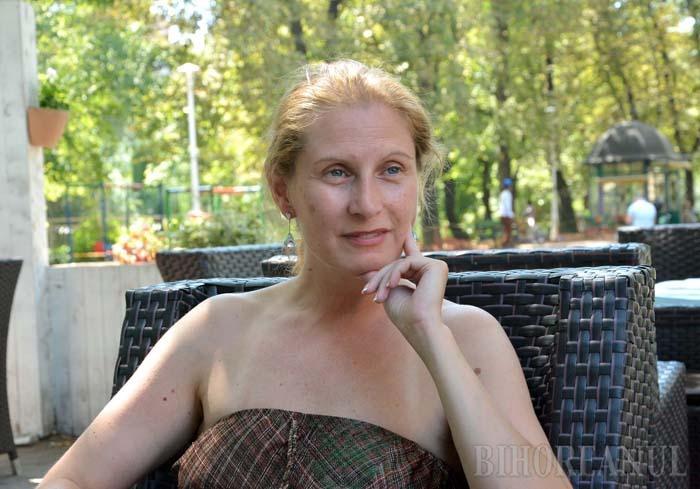 """ACASĂ. Ioana revine la Oradea în fiecare vară. """"Aici îmi încarc bateriile"""", mărturiseşte ea, declarându-se foarte încântată de felul în care arată urbea de câţiva ani, de felul în care este condusă şi în care se dezvoltă"""