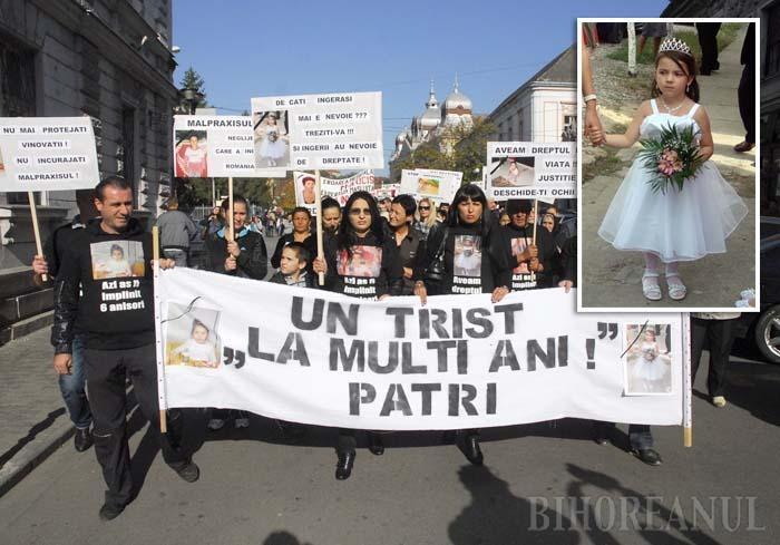 PROTEST CU LACRIMI. Solidari cu mama Patriciei, peste 150 de orădeni au pichetat Palatul de Justiţie pe 24 mai, imediat după achitarea doctoriţei Georgeta Călinescu de către Judecătorie, considerând decizia drept scandaloasă