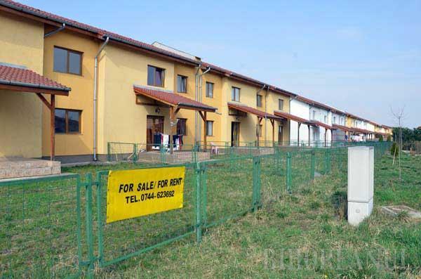 SECHESTRAT. Construit lângă şoseaua de centură, cartierul Europa oferă vile la preţuri între 59.000 şi 105.000 euro. Doar că Primăria a cerut instanţei să pună pe ele sechestru asigurator