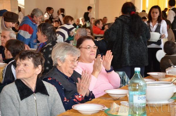 Cluburile Lions au dăruit cadouri şi o masă caldă la peste 150 de familii nevoiaşe (FOTO)