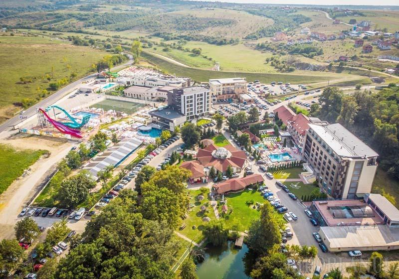 ÎN CREŞTERE. Ajuns o adevărată staţiune în staţiune, complexul President, cu 182 locuri de cazare, bază de tratament şi aquapark, a pornit în 2001 de la un hotel cu 32 de locuri, care a fost extins permanent. Muncitorii nu au oprit niciodată lucrul în 18 ani. Şi încă mai construiesc!