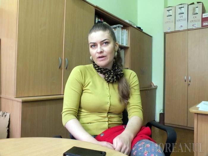 """PROFESORI ÎNVĂŢĂCEI. Sorina Muntean (foto) predă română la Liceul Tehnologic Cadea de 14 ani, timp în care a fost nevoită să înveţe şi vocabularul limbii maghiare, ca să îşi înţeleagă elevii. """"Mă ajută să predau colegii care ştiu limba maghiară ori câte un elev care ştie mai bine româneşte"""", explică profesoara"""