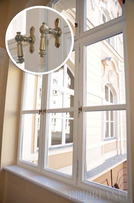 MIGALĂ. Toate cele 622 ferestre ale Palatului de Justiţie sunt noi, din lemn masiv cu geamuri termopan. Constructorii au recuperat, însă, bucată cu bucată, mânerele şi balamalele originale din bronz ale vechilor ferestre, restaurate şi adaptate pentru sistemul termopan. Ca să le cureţe, calculând numai 2 minute la fiecare geam, o persoană ar avea nevoie de 3 luni şi jumătate. Noroc că sunt anti-praf...