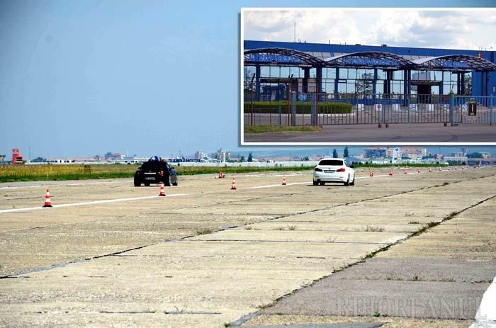 """AFARĂ-I VOPSIT GARDUL... Pe frontispiciul recent modernizatei aerogări scrie """"Aeroportul Internaţional Oradea"""" (foto stânga), dar ultima cursă externă regulată datează din 2007. Cauza este pista uzată, folosită mai des pentru """"liniuţele"""" pasioniaţilor de viteză pe patru roţi (foto dreapta) decât pentru decolarea şi aterizarea altor aeronave decât ATR-urile Tarom către şi de la Bucureşti. De altfel, din 2008, Aeroportul orădean funcţionează pe baza unor autorizaţii prelungite anual cu condiţia ca infrastructura aeroportuară să fie cât mai rapid reabilitată"""