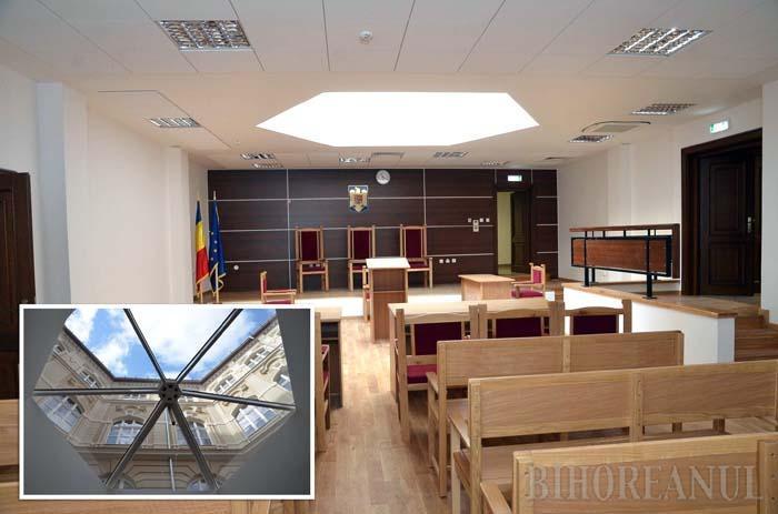 SEPARAT. La subsolul clădirii au fost amenajate 10 săli de judecată, 6 pentru procese civile şi 4 pentru cele penale, spaţioase şi dotate cu mobilier din lemn. Încăperile au şi lumină naturală, mulţumită panourilor transparente (medalion) cu geamuri blindate fabricate în Elveţia, care la nevoie pot fi rabatate