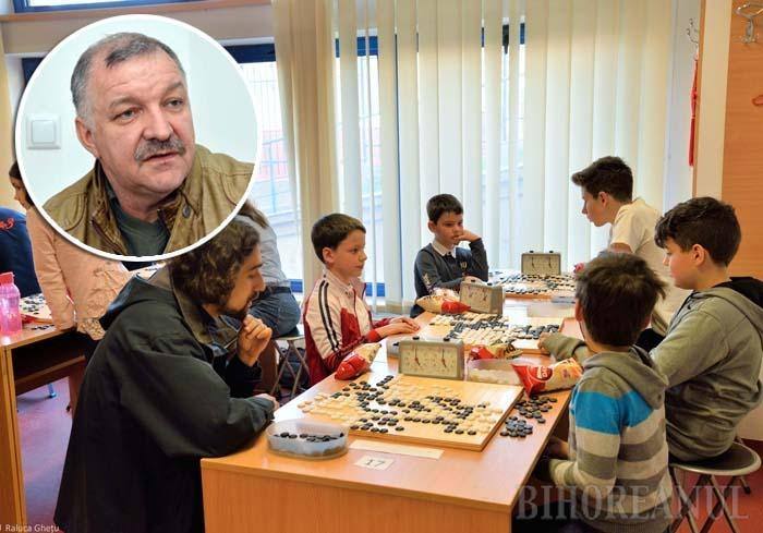 """JOC DE DISCIPLINARE. Jucătorul de Go trebuie să-şi gândească atent fiecare mişcare astfel încât la finalul partidei să """"cucerească"""" un teritoriu cât mai mare. Drept urmare, jocul ascute mintea copiilor şi îi disciplinează. """"Un copil care joacă Go învaţă să nu fie repezit"""", zice profesorul Vasile Bunea (medalion)"""