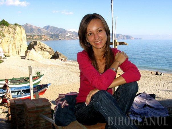 În pozele de pe Facebook, Adriana apare mereu zâmbitoare şi plină de viaţă. Zilele i-au fost curmate brusc, de un accident produs de un interlop beat turtă la volan, care îşi conducea bolidul cu aproximativ 160 kilometri pe oră