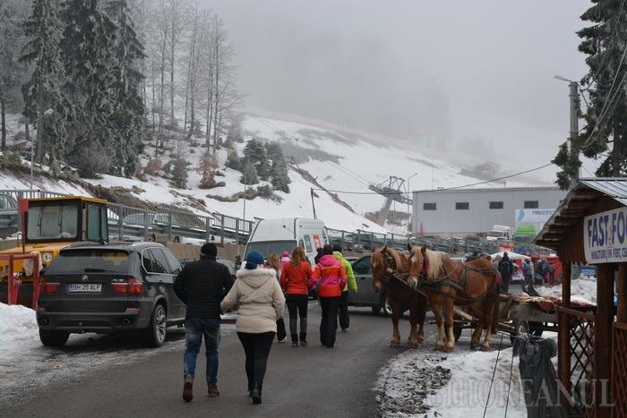 Serbările Zăpezii sunt în toi la Vârtop, dar fără prea multă zăpadă (FOTO)