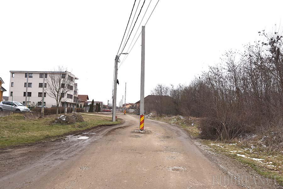 Drum cu obstacole: Stâlp răsărit în mijlocul drumului, pe o stradă din Oradea