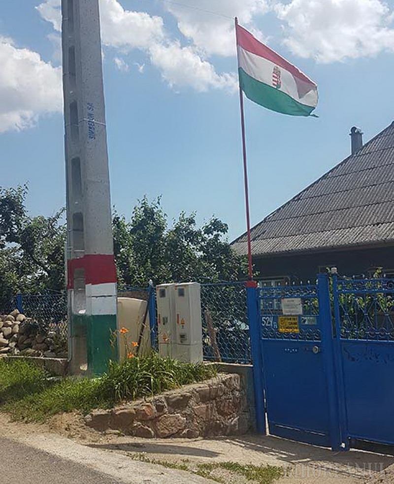 Casa cu tricolor: Un bihorean și-a arborat acasă drapelul naţional al Ungariei. Primarul îl somează să-l dea jos!