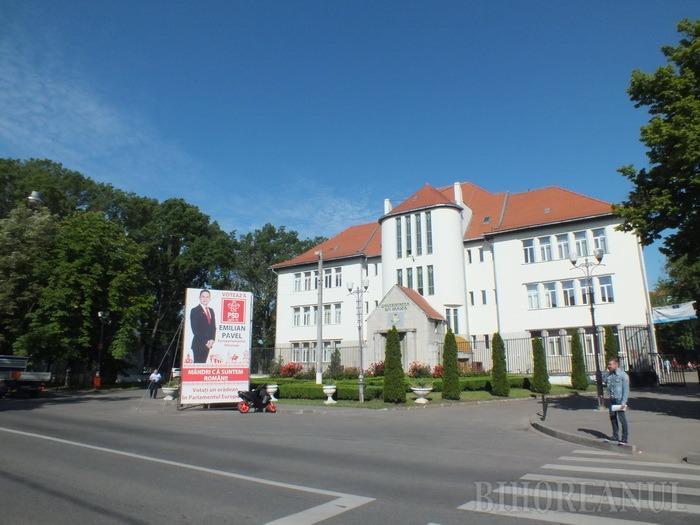 Jos cu Emilian Pavel! Prisma electorală amplasată de PSD în faţa Universităţii ar putea fi mutată