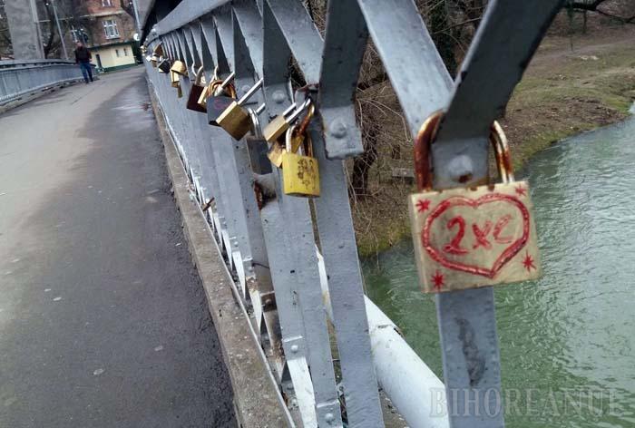 Iubiţi pe poduri: Îndrăgostiţii Oradiei umplu balustradele Podului Intelectualilor cu lacăte