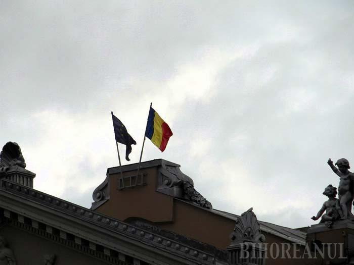 Drapel pe invers: Tricolorul de pe clădirea Teatrului orădean este arborat în partea greşită