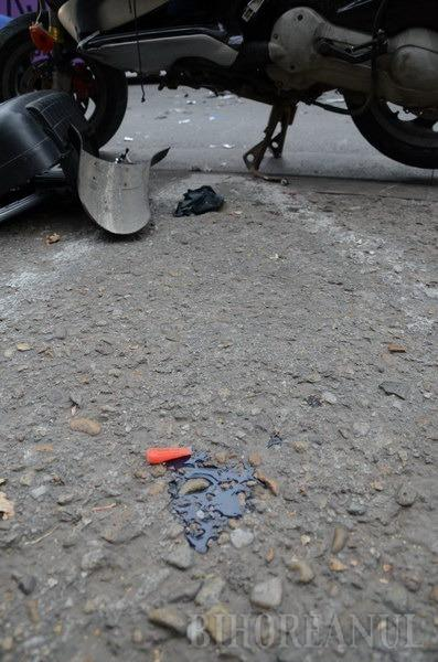 Mopedist de 35 de ani, luat pe capotă de un şofer imprudent (FOTO)