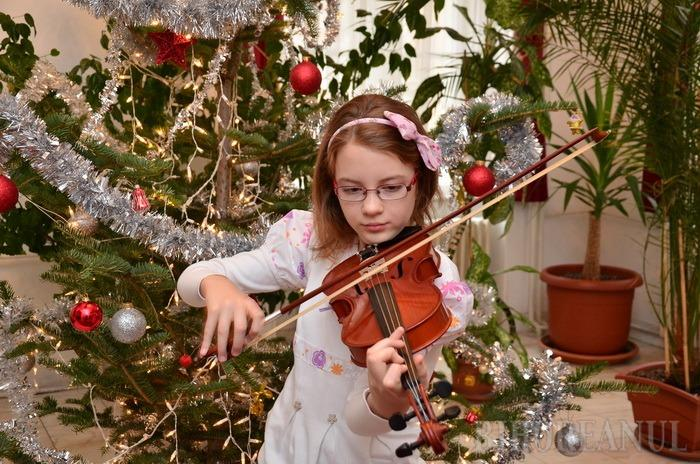 Micuţa Mozart: La doar 10 ani, o bihoreancă poate cânta la orice instrument pe care îl aude (FOTO / VIDEO)