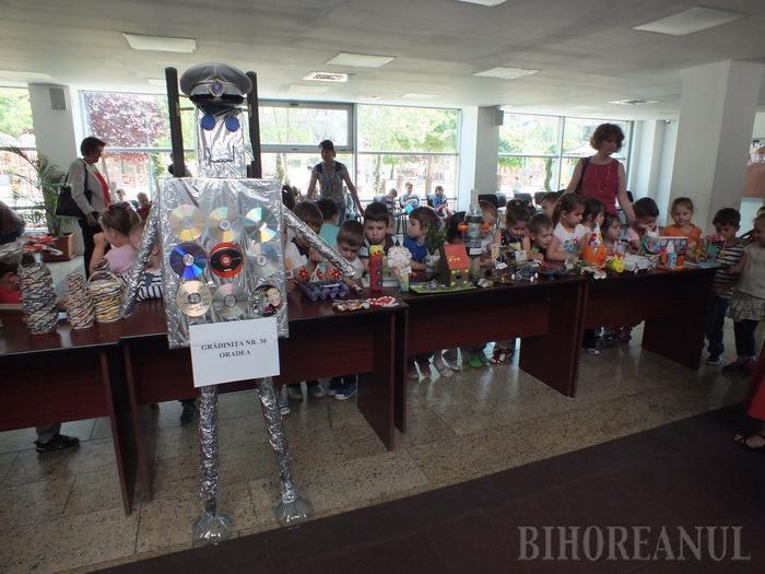Robo-poliţistul, reciclat din deşeuri (FOTO)