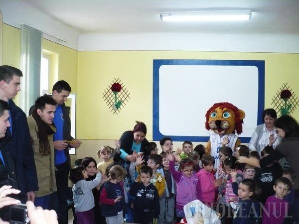 """""""Moşii"""" de la CSM le-au făcut o bucurie copiilor cu nevoi speciale (FOTO)"""