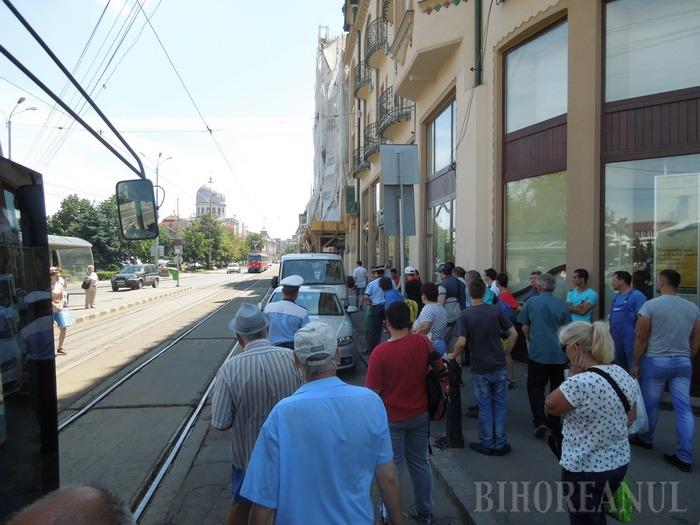 """Primele efecte ale parcării """"la liber"""": un cocalar cu Audi a blocat tramvaiele de lângă Primărie până la Emanuel (FOTO)"""